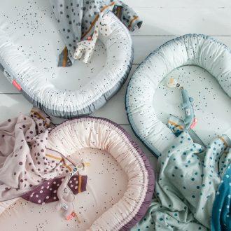 Cuna nido con mantas de bebé en algodón.